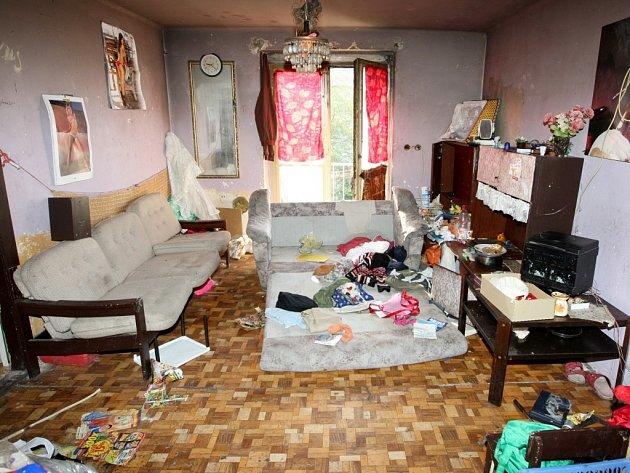 Zpustošená místnost, která zřejmě sloužila jako obývák.