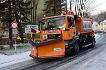 Vozy Technických služeb města Chomutova uklízeli v ulicích první sníh.