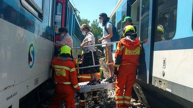 Vlak najel u Bandy do drceného kamení. Navršené bylo na čtyřech místech po několika metrech. Cestující bylo nutno evakuovat.