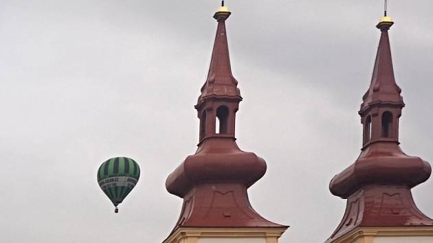 """Start balonu se uskutečnil přímo na kadaňském náměstí. Celý let trval skoro hodinu a půl a vzduchoplavci posléze přistáli o zhruba osmnáct kilometrů dále, u malé vesničky Očihov. """"Byl to opravdový zážitek,"""" vzpomíná na let starosta Kulhánek."""