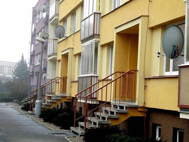 Trojice vyráběla drogy v Komenského ulici.