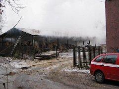 Hasiči likvidovali požár ve skladu sena a slámy.
