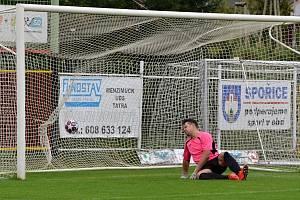 Zoufalý pohled gólmana Tomáše Slaniny provází míč, který poslal ve 12. minutě za jeho záda spořický útočník Patrik Koštůr. Proměněný pokutový kop otevřel skóre zápasu.