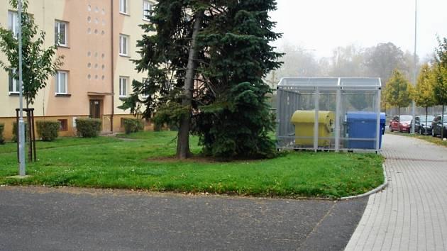 Na převedeném pozemku roste zeleň a město tam umístilo i kontejnerové stání.