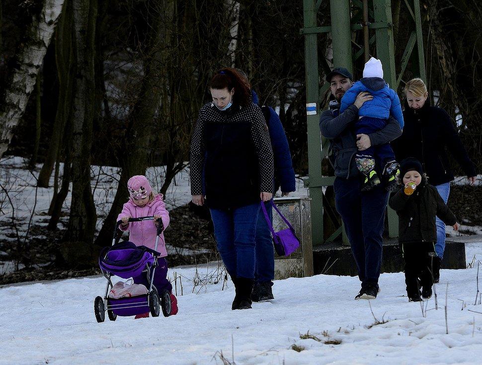 Nádherné počasí přilákalo do okolí Kamencového jezera a vodní nádrže Banda spoustu lidí. Relaxovali i v Bezručově údolí a v Domovině vedle zavřeného dětského hřiště.