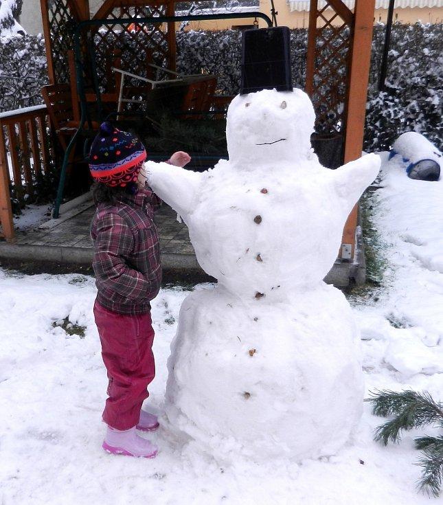 Výtvory z prvního sněhu. Stavěl je tatínek s dcerou Klárkou na zahrádce našeho domku.
