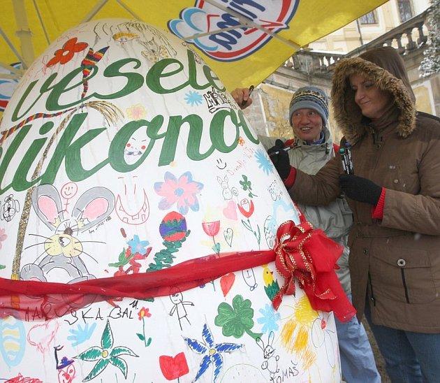 Návštěvníci akce na Červeném hrádku pomalovali vejce, které bylo po změření prohlášeno za největší v České republice.