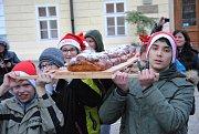 Chybět nemohla obří vánočka, jakou umí na Základní škole Krušnohorská. Každý snězený plátek přinesl pár korun.
