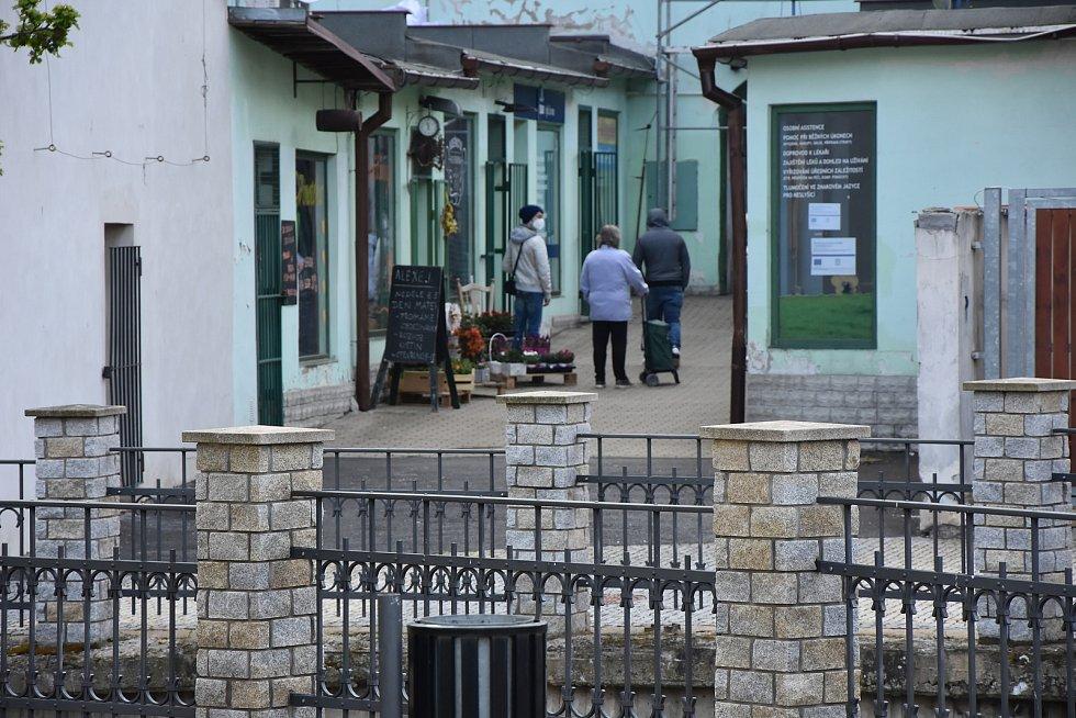 Před Kadeřnictvím Verona v Jirkově v pondělí ráno nedočkavě postávali první zákazníci.