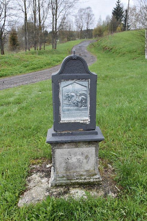 Obnovený pomník proti celnici v Načetíně.