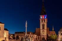 Chomutovská městská věž nasvícená v barvách trikolory