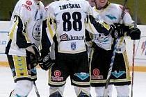 V DERBY se kadaňští hokejisté takto mohli radovat z gólu pětkrát, své rivaly z Chomutova porazili snadno 5:0.