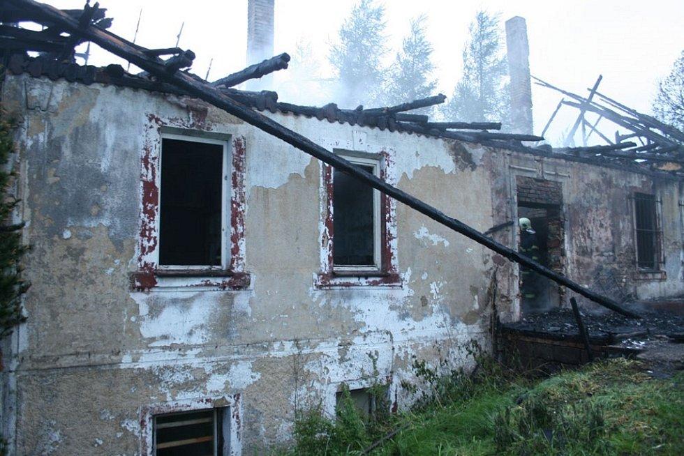Z trosek jedné budov se po zásahu  valil už jen kouř.