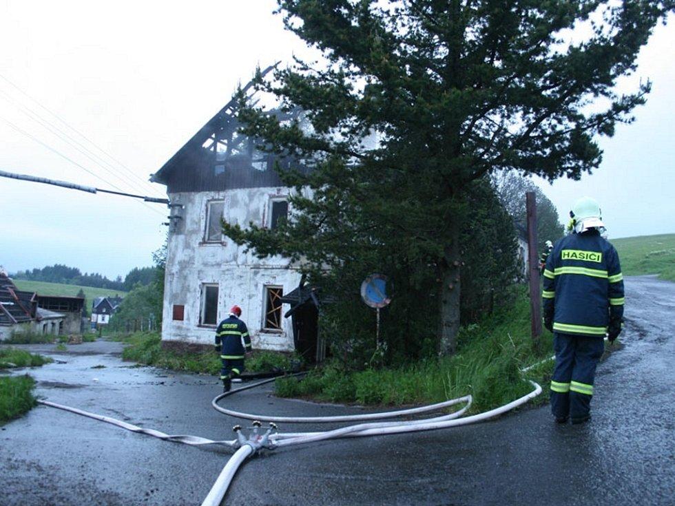 Požár hasiči likvidovali několik hodin.