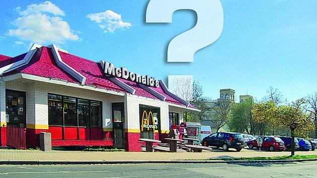 McDonalds s pozadím chomutovského divadla.