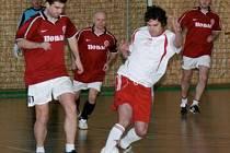 NA ČELE 3. ZIMNÍ LIGY jsou fotbalisté Generali, které jsou díky lepšímu skóre první před Monestem. Snímek je z utkání Generali – Sparta B, které skončilo 5:1.