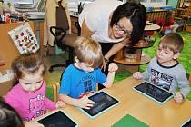 Tablety děti učí poznávat moderní techniku a rozvíjet motoriku