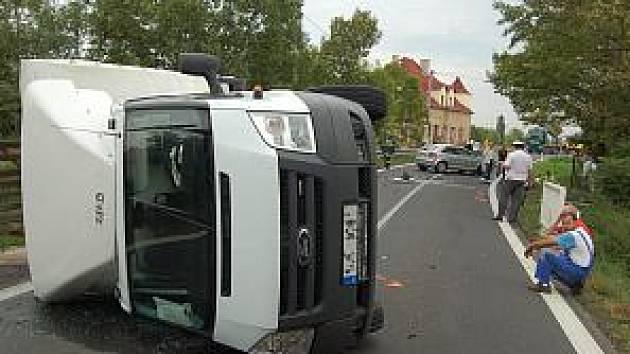 Po nehodě se dodávka převrátila na bok.