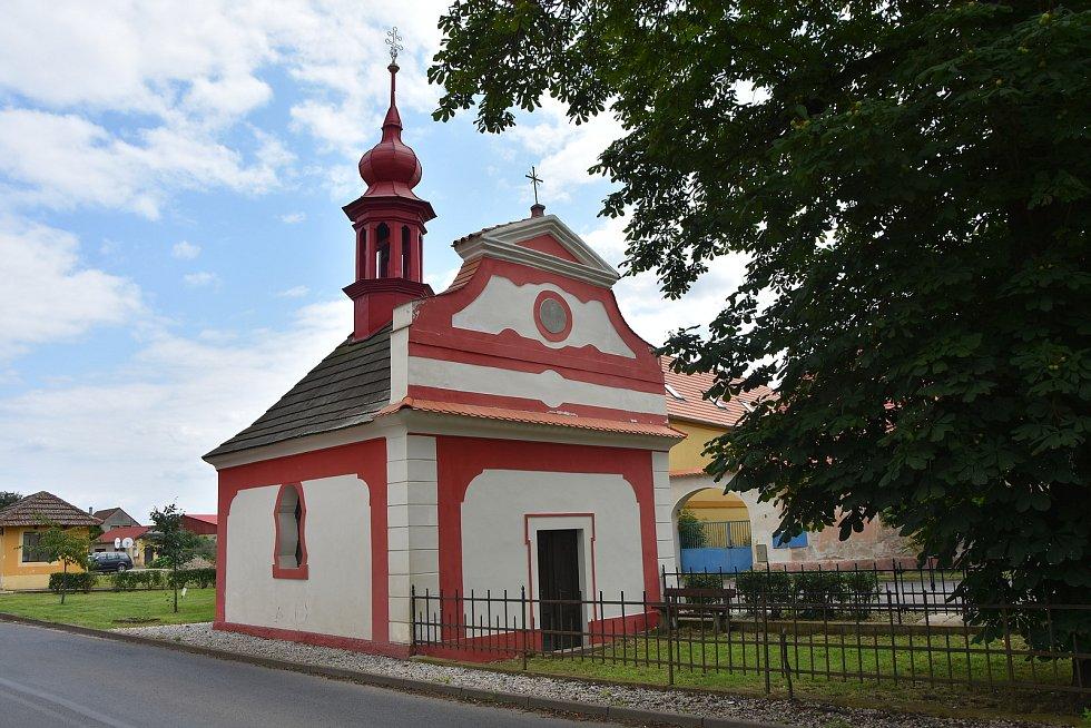 Na návsi stojí rokoková kaple svatého Vojtěcha postavená v roce 1770.
