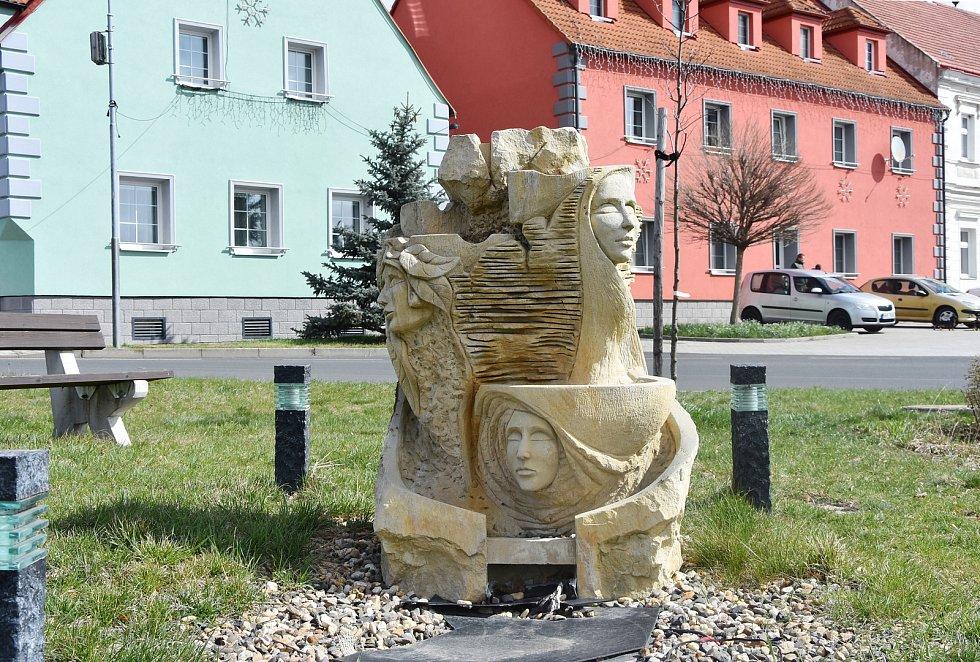 Na návsi v Hrušovanech je rozmístěna řada soch. Některá díla vznikla teprve v nedávných letech, jako toto na snímku, jiná pamatují doby dávno minulé.