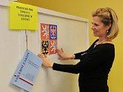 První den prezidentských voleb v Údlicích na Chomutovsku. Poslední úpravy volební síně.