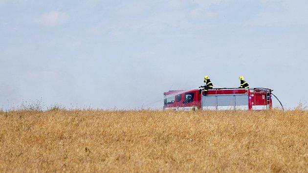 Požár pole s obilím zaměstnal hasiče i zemědělce při jeho likvidaci v blízkosti obce Lažany