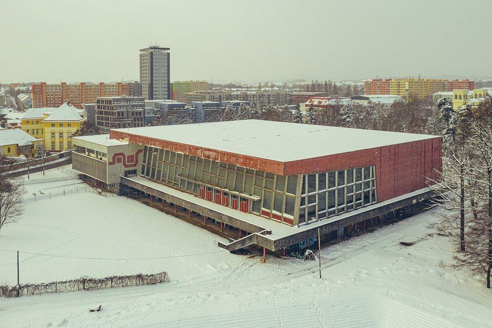 Pohled na bývalé lázně s 50m bazénem Chomutově uprostřed letošní krásné bílé zimy. (15.2.2021)