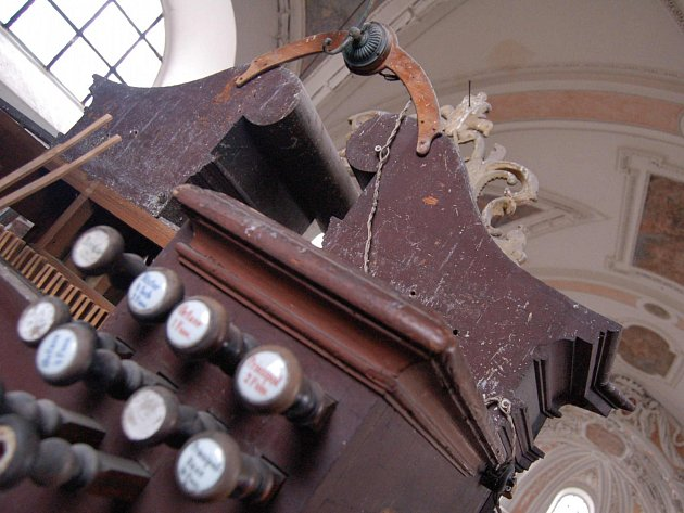 Oprava varhan v kláštereckém kostele.