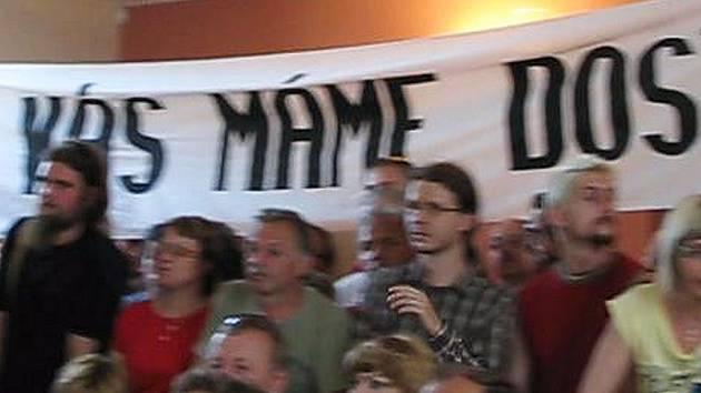 Protestovat přišli i na jeden z brífingů.