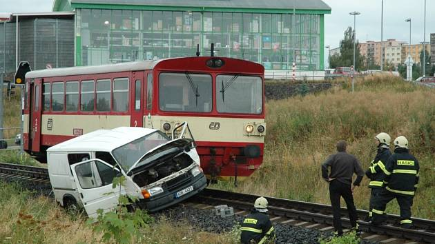 Vlak smetl auto s nepozorným řidičem.
