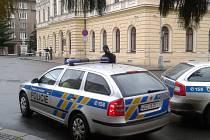 Okolí obou budov soudu uzavřela policie.