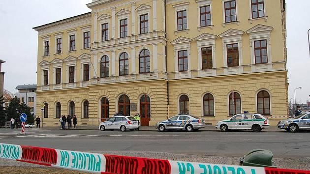 Policisté okolí soudní budovy uzavřeli.