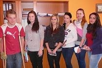 ZACHRAŇOVALI. David Šiman (1.A), Ivana Windischová (1.B), Marie Gabčová (2.B), Michaela Hertlová (2.B), Lenka Rosenbaumová (2.B), Renata Polková (3.B) a Gita Vyčichlová (3.B). Žáci, kteří poskytli první pomoc sraženým dětem.