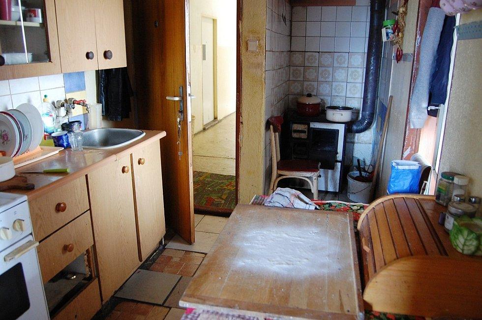 Kristýna Lukáčová (65) žije v Prunéřově pět let. Bydlí ve druhém patře v bytě bez civilizačních vymožeností, což ji zmáhá, proto si přeje přesídlit do Kadaně. Tvrdí, že nikdy nedlužila.