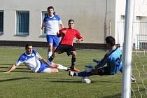 1. FC Spořice - FK Duchcov 4 : 0, domácí v červeném.