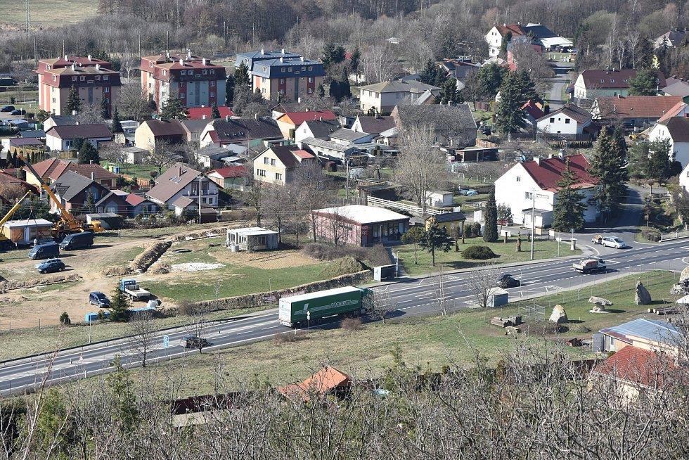 Zelená je místní částí Málkova. I ji rozděluje rušná silnice I/ 13.