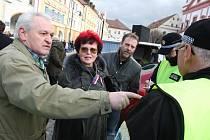 Na sto obyvatel Chomutova se sešlo v pondělí odpoledne v centru města na protestní akci proti krokům chomutovské radnice. Organizátoři museli nepovolené shromáždění ukončit, když na místo dorazila hlídka městské policie.