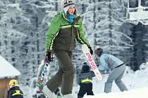 Frčí také jízda na superkrátkých lyžích.
