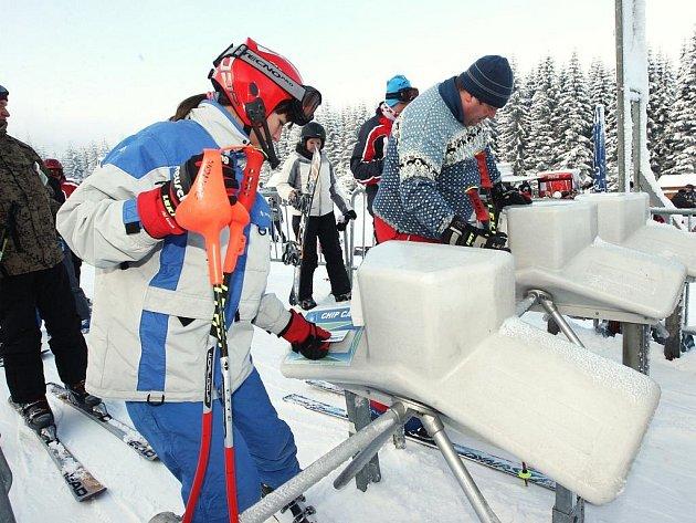 Skiareál na Klínovci na Chomutovsku o víkendu zaplnili první lyžaři a snowboardisté.