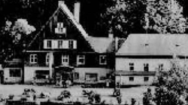ZAŠLÁ SLÁVA. Původní stavba na dobové pohlednici.