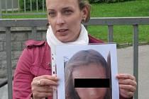 Maminka pohřešované dívky s její fotografií.