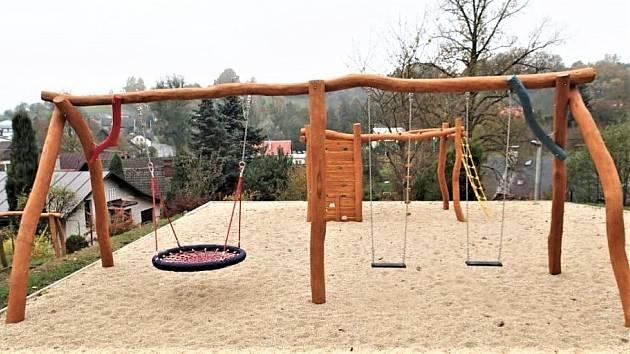 V Olejomlýnském parku v Jirkově přibydou nové houpačky.