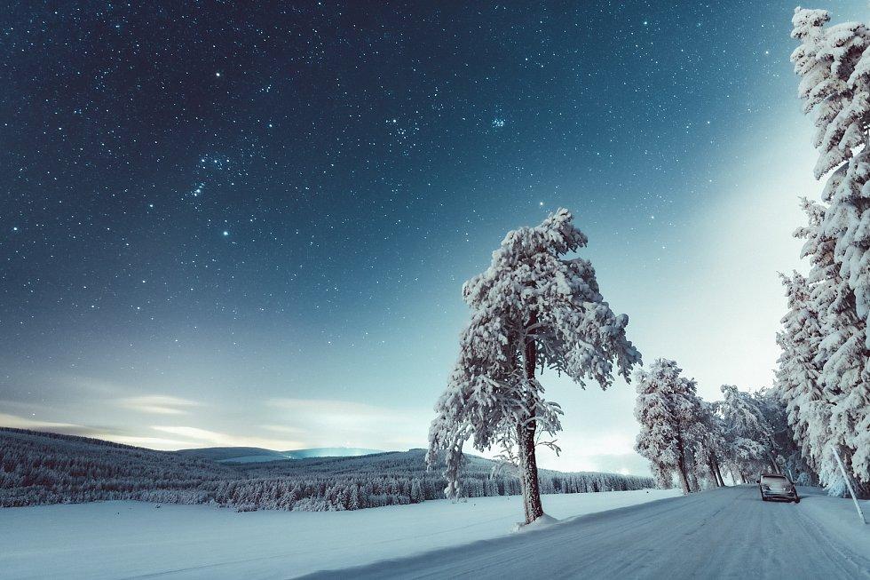 Zimní pohled ze silnice spojujíc Kovářskou a Hamry v krušných horách nedaleko Klínovce v letošní zimní pohádkové krajině. (10.2.2021)
