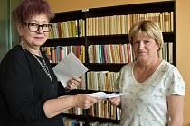 Dana Prokešová (vpravo) převzala pozvánku na slavnostní vyhlášení oceněných pracovníků od ředitelky Městského ústavu sociálních služeb Jirkov Evy Šulcové.