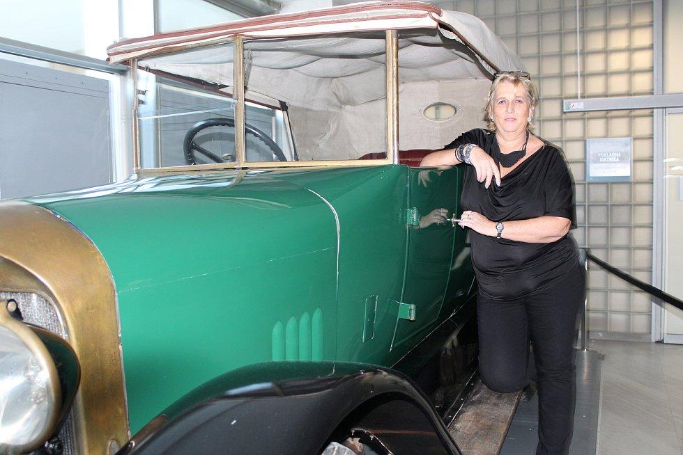 Pragovka na krajském úřadu a její majitel, pan Příhoda, a jeho dcera u vystaveného auta.