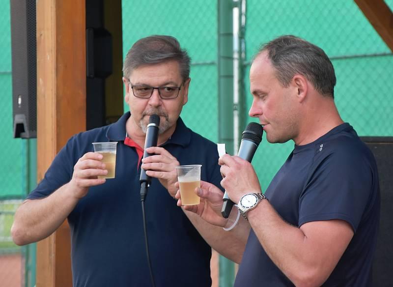 Hlavním hostem večera byl hejtman Ústeckého kraje Jan Schiller (vlevo). Starosta Strupčic Luděk Pěnkava (vpravo) připomněl, že hejtman už deset let bydlí právě ve Strupčicích.