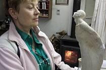 Autorka sošky Jitka Kůsová Valevská (na snímku s modelem) vznikal v jejím ateliéru v Útočišti u Klášterce nad Ohří.