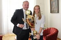 Plavkyně a reprezentantka Simona Kubová v kanceláři primátora Marka Hrabáče převzala trofej za nejúspěšnějšího sportovce měsíce dubna.