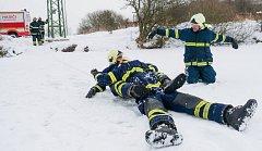 Suchý trénink. Základem nácviku je práce se záchranným žebříkem a lanem. V reálu vše probíhá na ledě.