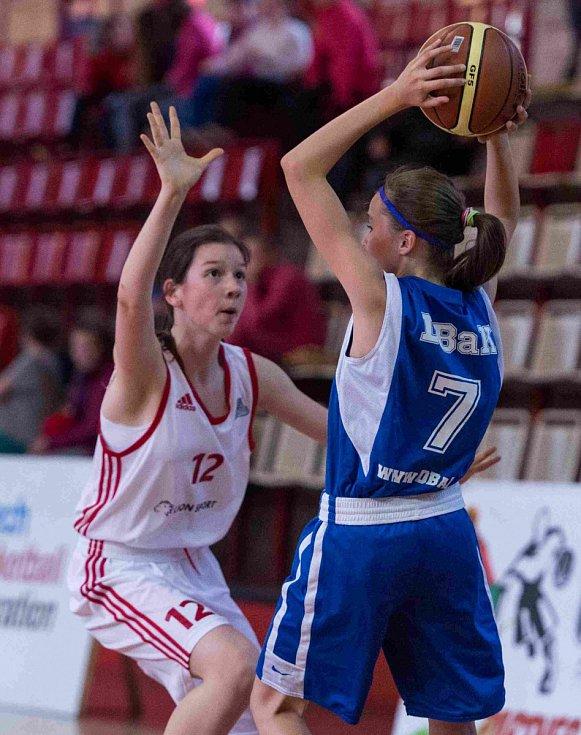 Levhartice Chomutov v bílém vstoupily do turnaje vítězně. Porazily smíšený tým BaK Plzeň a DBK Kožlany-Kralovice 47:26.
